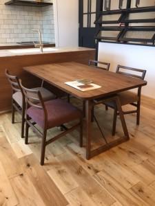 リノクラフトショールームの雰囲気に合わせて選んだダイニングテーブル