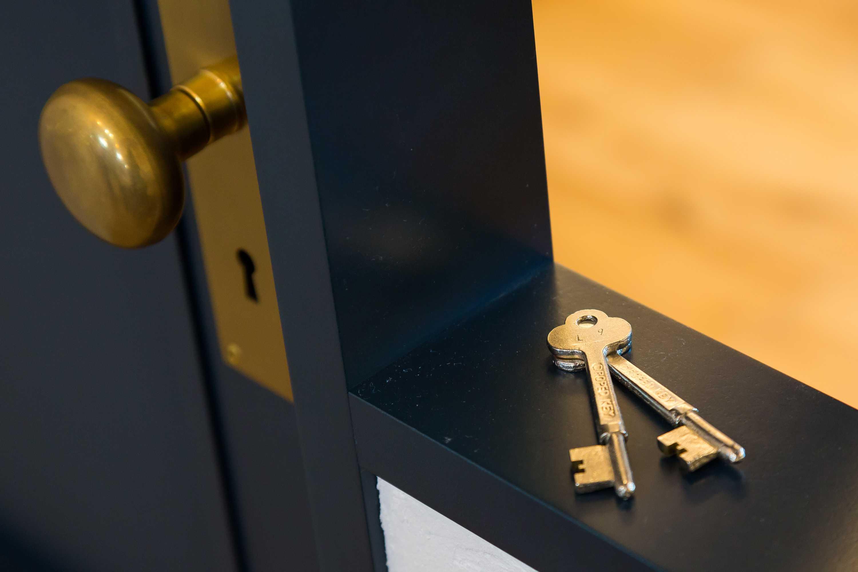 打合せ室と事務所を隔てるドアに設けられている鍵。心の奥にそっとしまっておきたくなる気配です。
