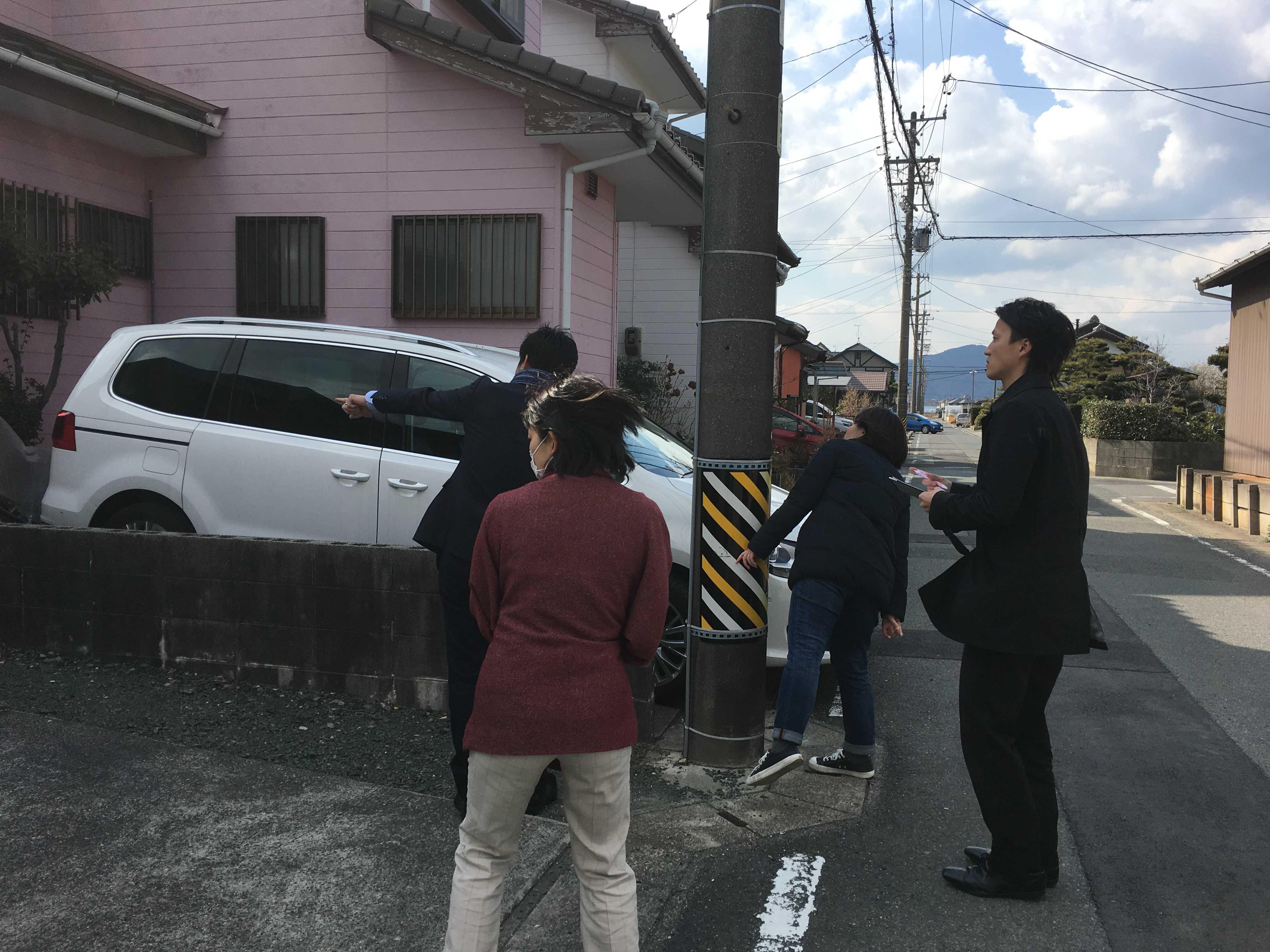 豊川市戸建リノベにてインスペクションを実施。そしてその様子を見守る施主の奥様と不動産業者さん。春なのに寒風吹き荒む日でした。