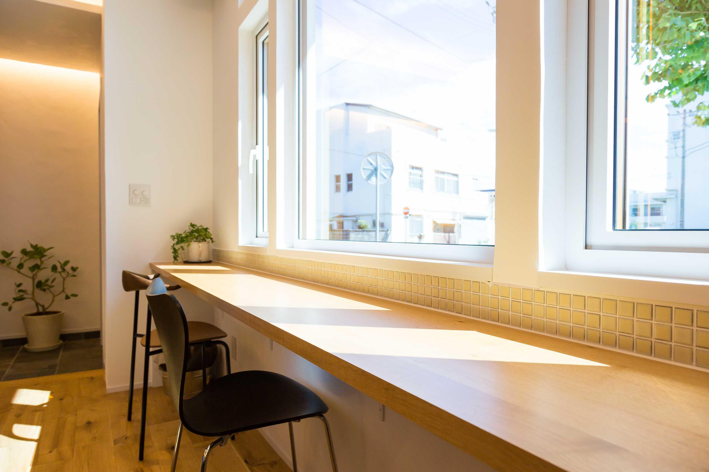 リノクラフトショールームにあるナラ材のカウンターテーブルも新しいお客様をお出迎えの準備です
