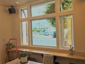 ショールームにあるサッシは開口の小さな辷り出し窓での換気ですが、ウィンドウキャッチ式のレイアウトでしっかりと風を捉えて換気量も十分に取れます。