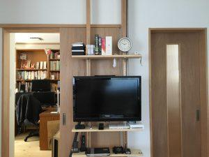 間柱材に棚柱を固定して、その棚板にビデオやゲームを設置したラフアイデアです。