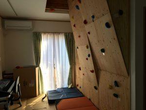 リビングにそびえるクライミングウォールはそのまま2階にも上がれてしまうナイスな場所なんです。