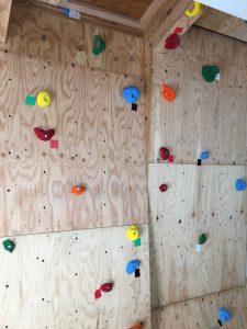 思い思いのポイントに手をかけ足をかけ、登れる壁です。