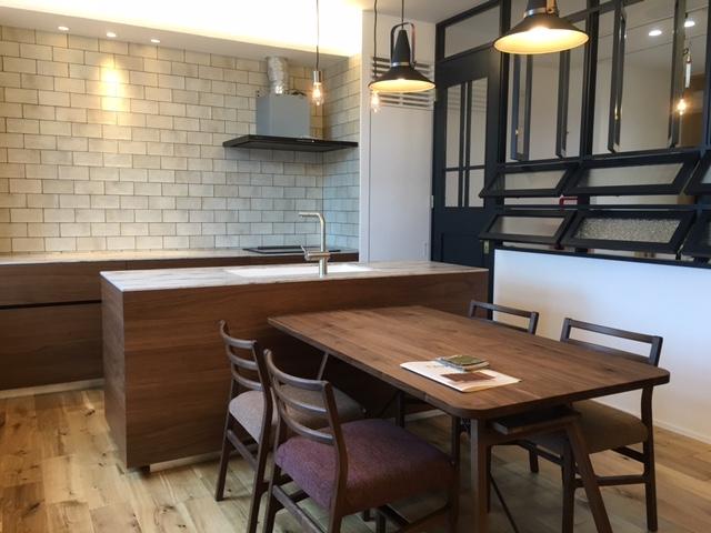 リノクラフトショールームの完成当時の様子です。オリジナルキッチンやダイニングテーブルがウォルナット材で統一された心地よい空間です。
