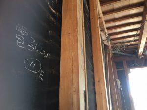 リノクラフトの戸建てリノベーション現場に書かれた電気配線用の印がいい味を出しています。