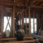 リノクラフトが手掛けている戸建てリノベーション現場で大工さんが作業中です