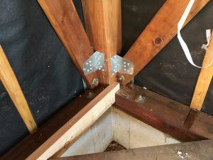柱と筋交いの接合部が外れないように専用の金具で固定します。