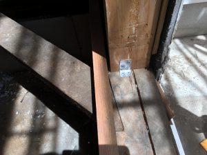 土台と柱を抜け留め金具にて接合する事で、基礎〜土台〜柱と三位一体として機能してくれます。