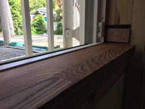 サッシの室内側に設えた窓台はタモ材に自然塗装で仕上げた風合いの良い材料です。
