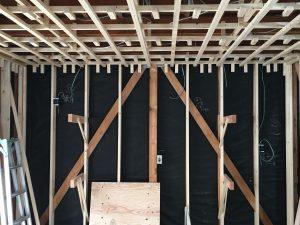壁の下地である間柱と天井の下地である野縁。断熱材を敷き詰めた後にプラスターボードを貼ります。