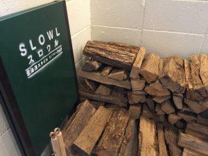 北海道スタイルリノベーションSLOWLさんの玄関ホールにはぶろっくの壁に薪が積まれており、北海道らしい風情があります。