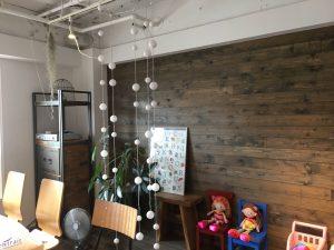 打合せスペースは節ありの無垢材を塗装した壁など素材感たっぷりです。