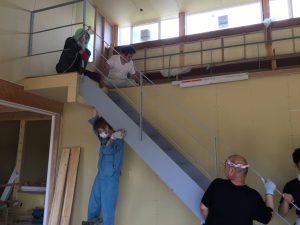 鉄骨階段の中でも一番大きく重い、ささら桁と手すりの一体物を搬入と位置の調整を行なっているところです。