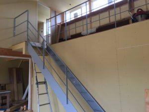 無事に取付けられた鉄骨階段。これから寸法の出来幅を測って踏み板の発注と取付です。