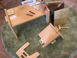 東濃桧で作られた子供用デスク「木と木」は部品がバラバラになっていて子供自身で組み立てられます。