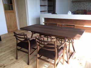 こげ茶のダイニングテーブルが入ることで、明るい床とのバランスがいい感じになりました
