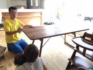 ウォルナットのこげ茶が落ち着いた雰囲気を醸し出すダイニングテーブルの組み立て作業完了です