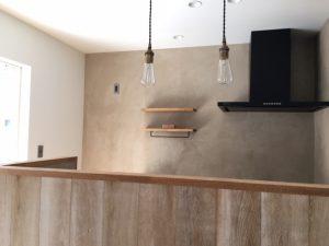 豊川市戸建てリノベのお宅ではモールテックスの壁と板張りのキッチンがやさしい雰囲気を醸し出しています