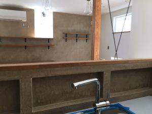 アイランドキッチンでも壁を高めにするとプライバシーも確保できます
