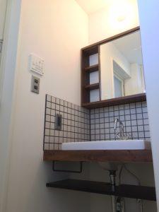 目地にグレーを使った洗面化粧台は男性にも女性にも好評の中性的なデザイン。