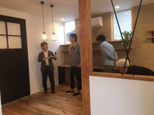 豊川市でリノベーション完成見学会を行いました。たくさんの方に黒がアクセントのカッコイイ空間をご覧いただきました。