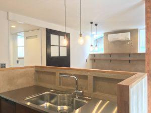 キッチンは定番のステンレスですが、水返しの壁面にもモルテックスを採用