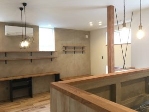 真鍮ソケットの照明とアイアンの筋交い、木と鉄と塗り壁のバランスがいい。