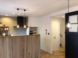 キッチンや廊下はキレイに手入れされ、小物たちも丁寧に並んでいます。
