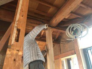 既存建物には柱も筋交いも少なかったので新たに柱や筋交いを設けます。