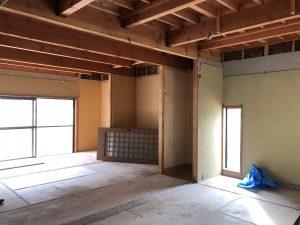 細かく仕切られていた和室の建具や天井が撤去されて明るく開放的に