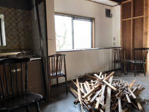 搬出前の瓦礫と最後の時を待つ椅子たちの佇まいが静かに何か物語ってます。