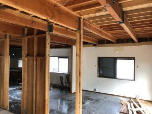 独特な壁工法で作られた既存建物に耐力壁や荷重のかかる柱を検討しながら作業します。