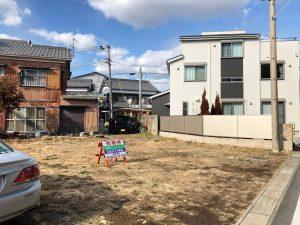 豊川市西豊町の住宅用地です。198m2と広さも充分、南向きの間口が長く日当たりも良好です。