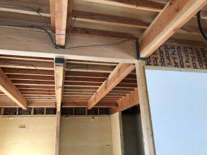間取り変更で柱を撤去するのにあたり、新しい柱と大きな梁で荷重を支えます。