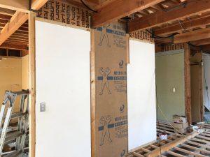 壁だった箇所が開口され、代わりに壁になる箇所に耐力壁を設置して建物の耐力バランスを整えます。