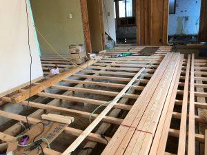リノベでは床鳴りや不陸を排除するため、下地工事もしっかりと行います。