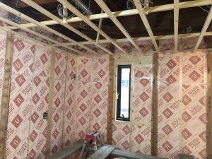 既存土壁と柱のチリに充填された断熱材は気密テープでスキマも塞ぎます。
