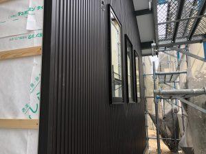 外壁にはガルバリウム鋼板が施工され家のカタチや仕上がりが見えてきました。