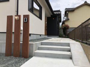 実家リノベーションで玄関の位置を変え、木とコンクリートと石を使って生まれ変わったアプローチ