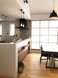 終わり頃に撮影したキッチンカウンターとダイニングテーブル。逆光気味の色合いが美しいです。