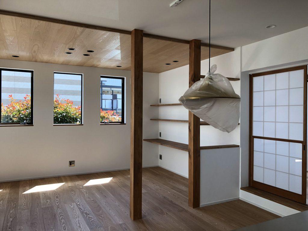タモ材の床天井に壁は土佐漆喰。和室につながる障子は元々の家に設えてあった物を流用しました。