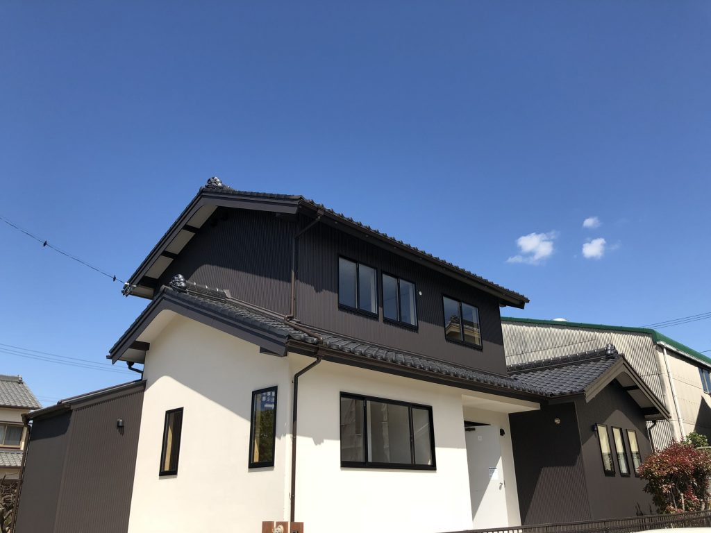 青い空にガルバリウム鋼板とジョリパットで仕上げた外観のステキなお家です。