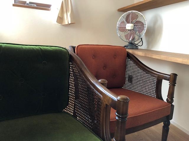 実家から引き継いだ椅子たちも、布地を張り替えてリノベーション、しっくいの部屋になじんでいます