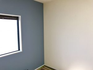 豊川市のリノベーションでブルーのアクセントクロスを使用し、白色の窓枠や巾木と相性抜群な爽やかなお部屋に。