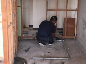 給排水設備の既設の配管を撤去し新たに配管を入替中