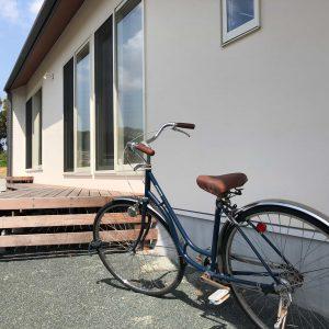 少し錆びた自転車は今も爽やかに走ることを夢見ているよう。ウッドデッキの風合いも少し枯れてきて味が出てきています。