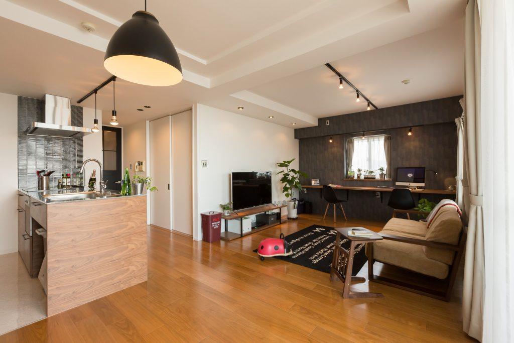 ブラックチェリーのフローリングとウォルナットの組み合わせのリビングとキッチン