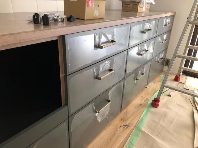 キッチン引出しの取っ手はドイツ製で、頑丈なつくり、真鍮色が綺麗です