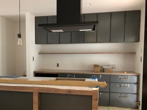 グレートーンと木目の組み合わせがお洒落なオリジナルキッチンは真鍮色の取っ手との相性も良く、カッコイイ仕上がり
